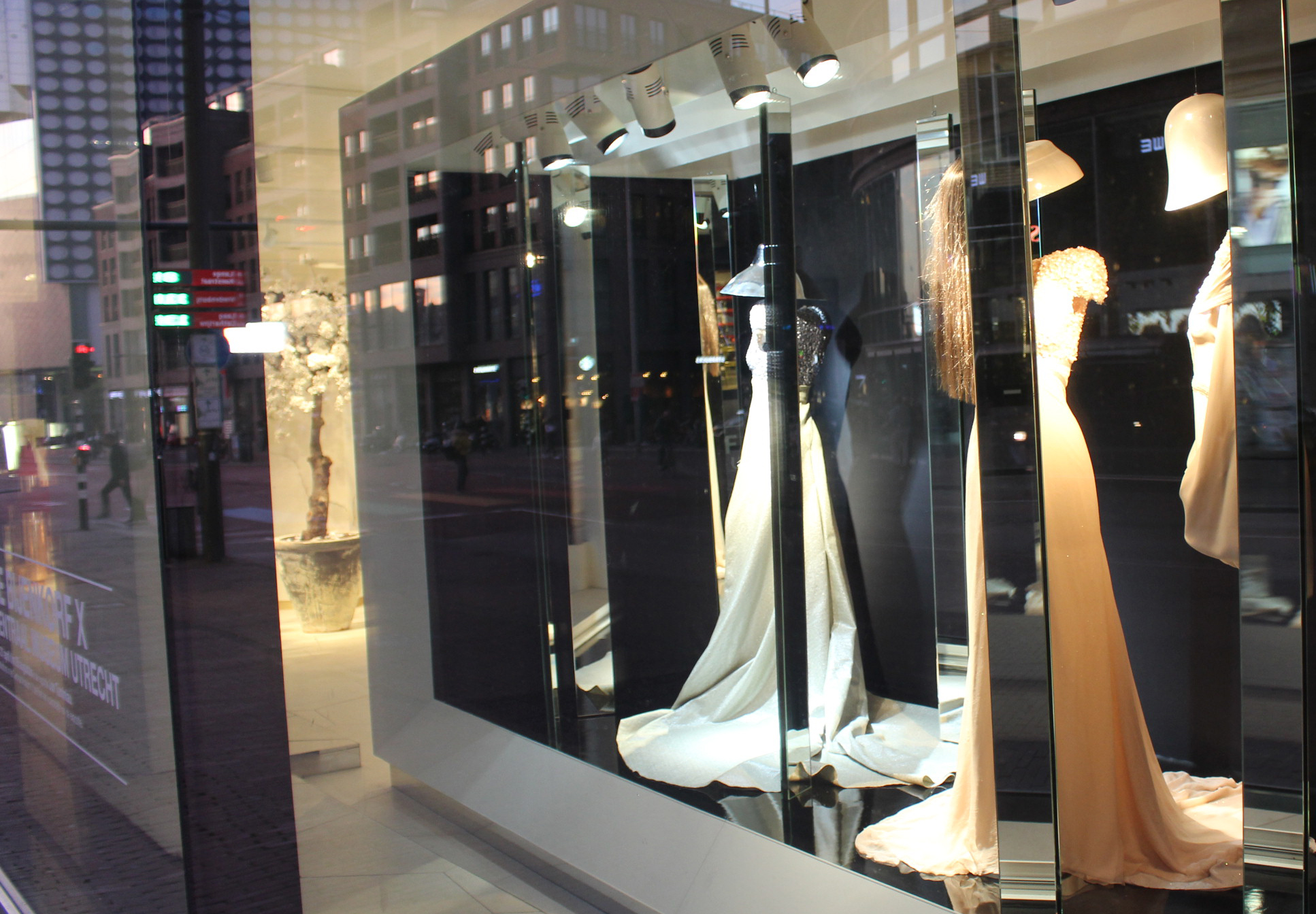 De Bijenkorf dynamic shop window lighting | Invisua Lighting